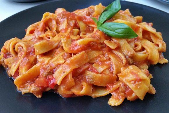Prato de tagliatelle com molho de tomate