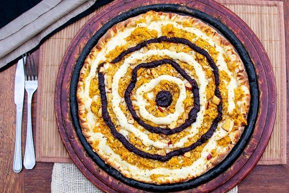 Pizza com círculos redondos feitos com catupiry e geleira de hibiscus