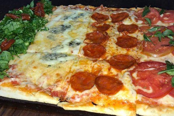 Pizza retangulas com quatro sabores diferentes