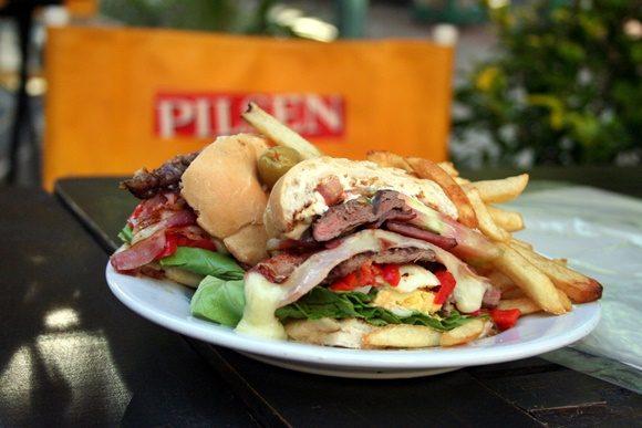 Prato com sanduíche e batatas fritas ao lado