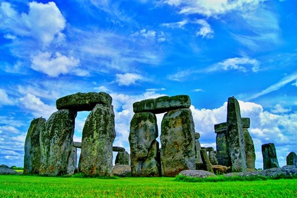 Ruínas de Stonehenge sob o céu azul