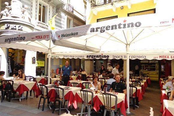 Fachada do Argentino com mesas na calçada