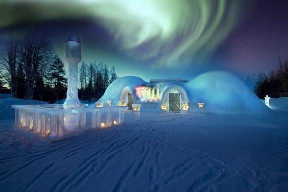 Casa de gelo à noite com redemoinho luminoso em cima