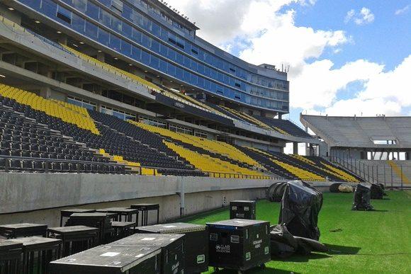 Estádio do Peñarol com caixas no gramado e vista das arquibancadas e camarotes