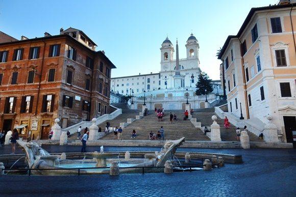Via del Corso com escadaria diante de uma igreja no centro
