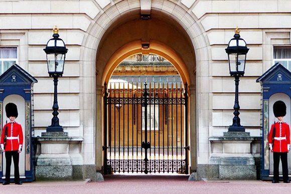 Guardas na entrada do palácio de Buckingham