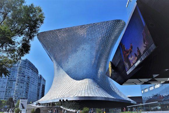 Prédio novo do museu em estilo moderno com pastilhas de aço
