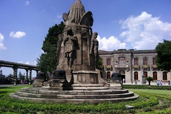 Estátua em frente ao castelo