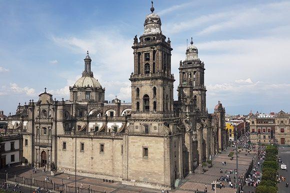Catedral da Cidade do México no meio do centro histórico