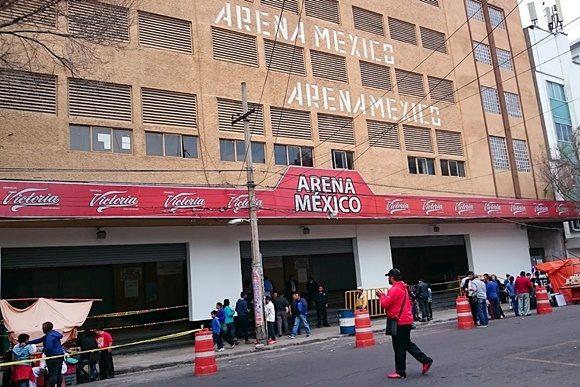 Fachada do ginásio com inscrição Arena México no prédio e no letreiro