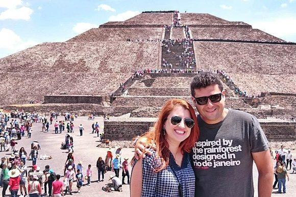 Érika e Mateus em frente à pirâmide