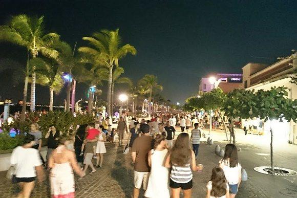 Pessoas andando no calçadão