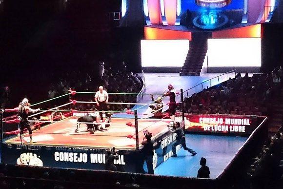 Ringue com lutadores e árbitro