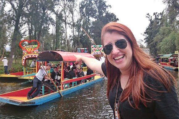 Érika apontando para um barco ao longe chamado Érika