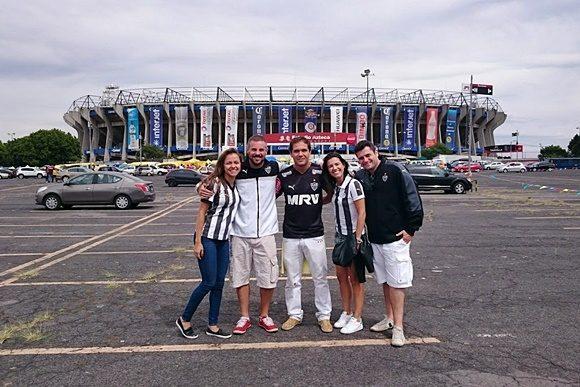 Amigos de Érika diante do estádio