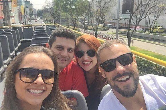 Andrêsa, Mateus, Érika e Luiz no segundo andar do ônibus