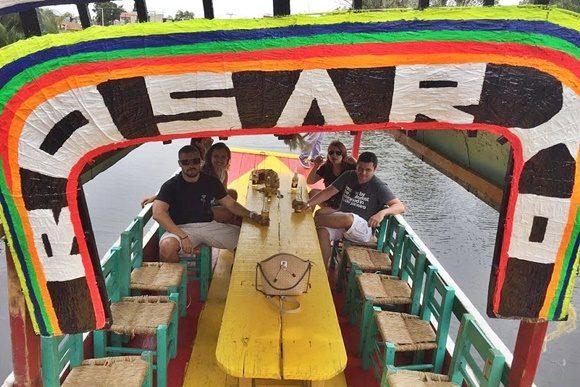 Érika e os amigos dentro do barco com lugares vagos