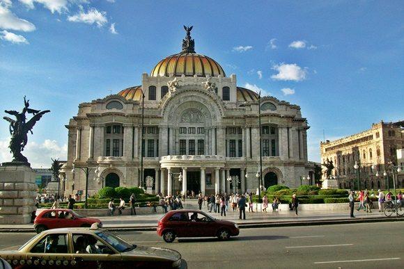 Museu de Belas Artes com prédio em mármore branco e cúpula amarela