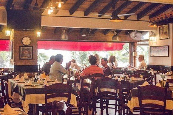 Salão do La Doce Vita com pessoas nas mesas
