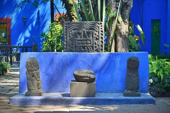 Jardim do museu com estátuas e plantas
