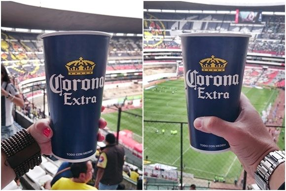 Montagem com duas mãos segurando copos de cerveja da Corona